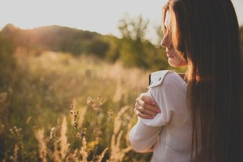 mir eine Chance geben - Frau hält sich selbst in den Armen, als Zeichen der Selbstliebe