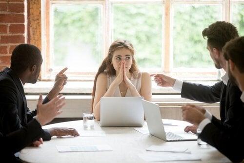 Eine Frau befindet sich in einem Meeting mit Männern.