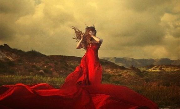Gefühle zum Ausdruck bringen - eEine Frau in einem roten Kleid