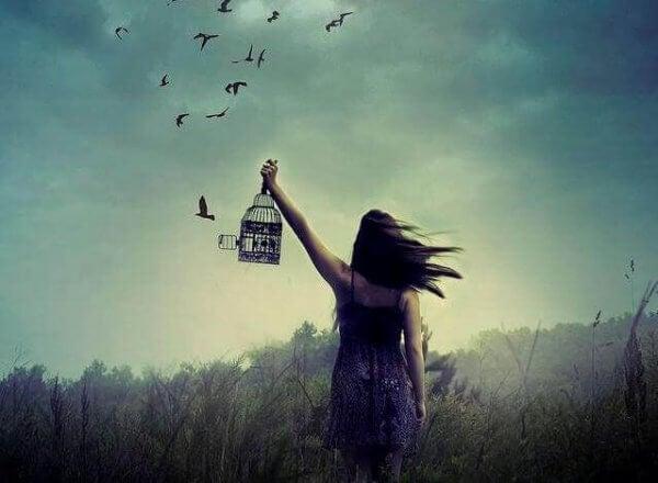 Eine Frau lässt Vögel frei