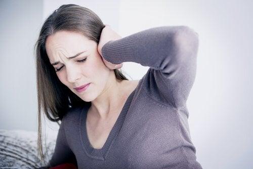 Emotionales Unwohlsein in Verbindung mit akustischen Halluzinationen oder Tinnitus