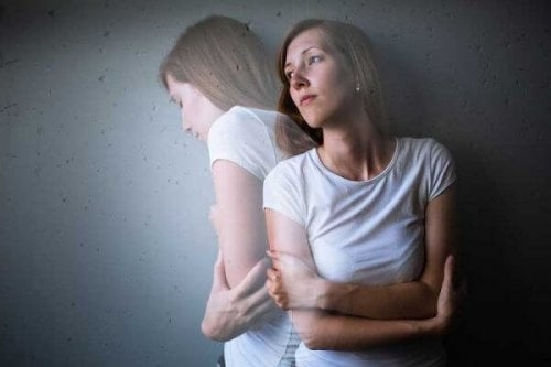 Frau mit Angst und Magenschmerzen
