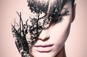 Frau mit Blättern im Gesicht