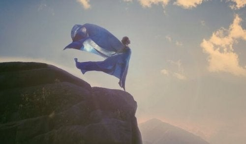 Frau in blauem Gewand an einer Klippe