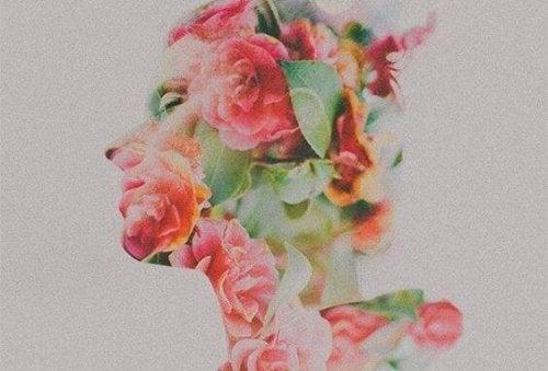 Silhouette einer Frau, die von Blumen überdeckt ist
