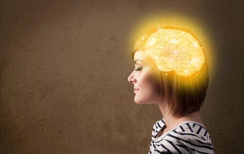 Profilbild einer Frau, die ein leuchtendes Gehirn im Kopf hat.