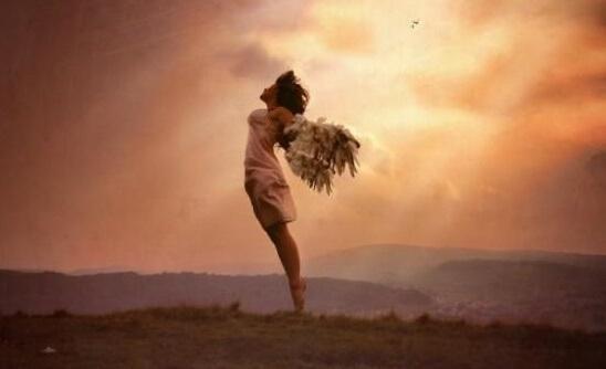 Frau mit Flügeln fliegt empor
