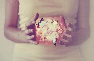 Den Moment schöner gestalten - Frau mit Lichtern zwischen den Händen
