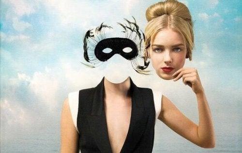 Ein surreales Bild einer Maske, mit menschlichem Körper, die eine weitere Maske einer Frau in der Hand hält.