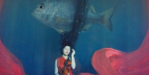 Frau mit Violine, über der ein Fisch schwimmt