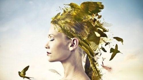 Frau mit Vögeln auf dem Kopf