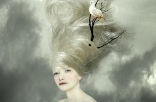 Frau mit Vogel im Haar