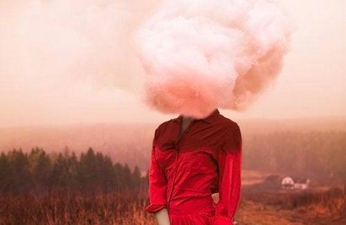 Frau mit Wolke als Kopf