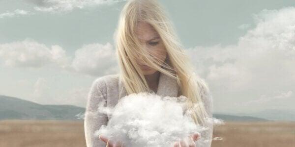 Frau hält eine Wolke in den Händen