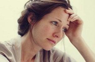 Frau, die an Apathie leidet, schaut beunruhigt zur Seite.
