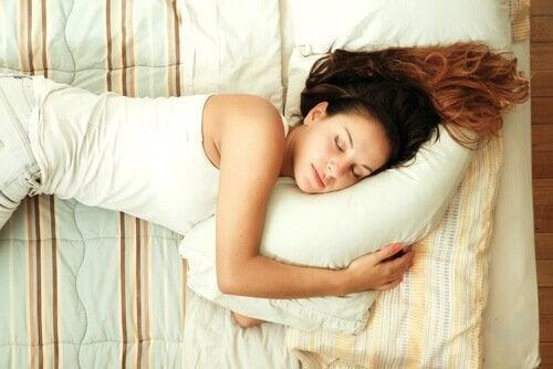 Mit den richtigenTtipps schafft es diese Frau, tief und fest zu schlafen