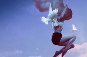 Authentische Menschen - Eine Frau springt und ist umringt von Vögeln.