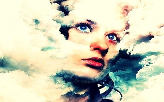 Ein Gesicht einer Frau in einem mit Wolken verhangenen Himmel