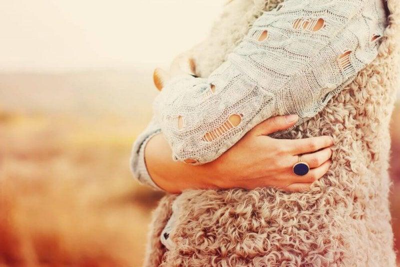 Frau umarmt sich