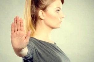 Bewusste Gleichgültigkeit - Frau wehrt mit vorgehaltener Hand ab