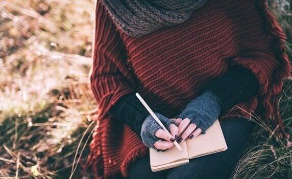 Frau zeigt, wie man ein Tagebuch schreibt