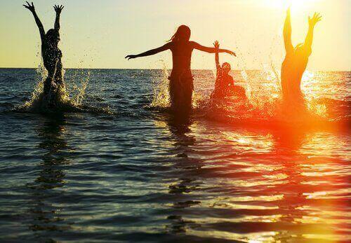 Auch wer mit Freunden im Meer Spaß hat, kann einsam unter Menschen sein