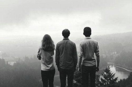 Gruppe von Freunden schaut auf ein Tal
