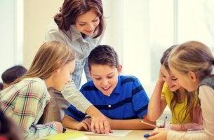Fröhliche Lehrerin mit Schülern