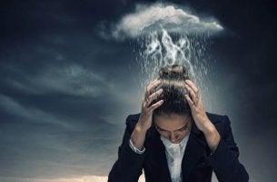 Zwanghafte Persönlichkeitsstörung - Eine Gewitterwolke hängt über einer verzweifelten Frau.