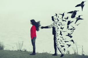 Beziehungsende ohne Ankündigung - Mann hinter einer Frau löst sich auf
