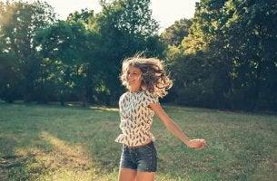 Neuroglück - glückliche Frau auf einer Wiese
