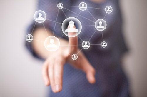 Hand, die auf eine Person im Netzwerk zeigt