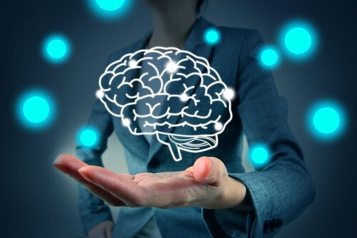 Hand mit Umriss eines digitalen Gehirns