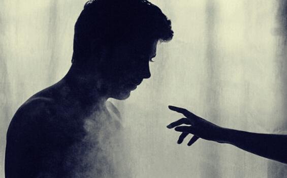 Eine Hand nähert sich einem Mann