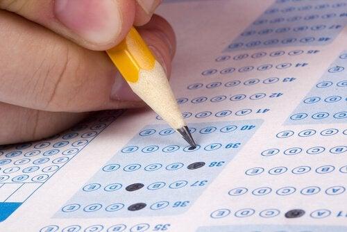 Hand und Bleistift beim Ausfüllen eines Tests