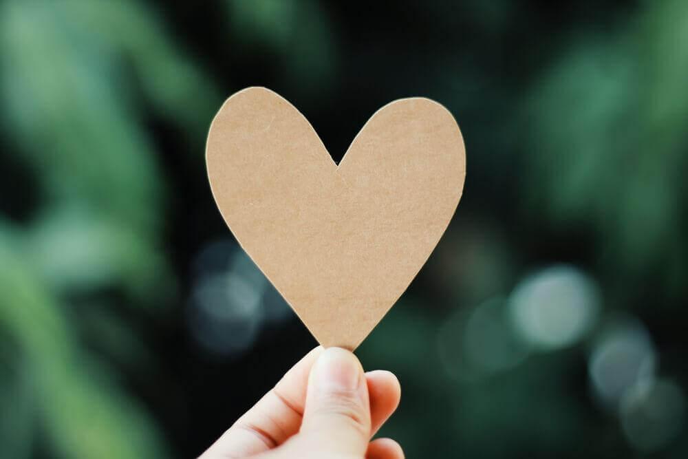 Herz aus einem Blatt Papier ausgeschnitten