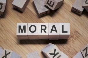 Holzblöcke, die das Wort Moral bilden