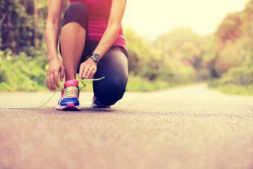 Joggerin bindet sich die Schuhe