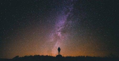 Junge beobachtet die Sterne