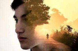 Keine Beziehung? - Ein Junge scheint über einen Motorradausflug allein nachzudenken.