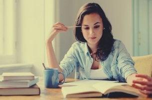 Lernen durch lautes Lesen oder im Stillen? - Junge Frau beim Lernen im Stillen