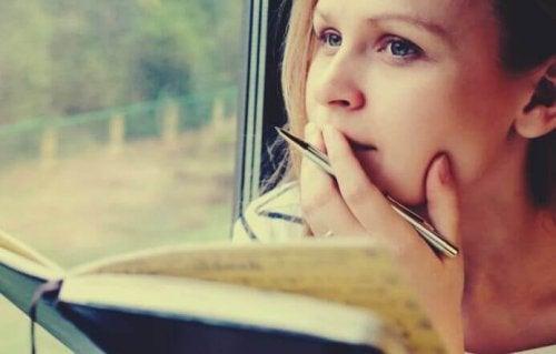Junge Frau lernt mit einem Buch in der Hand