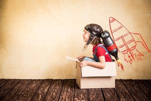 Junge im Karton spielt Astronaut