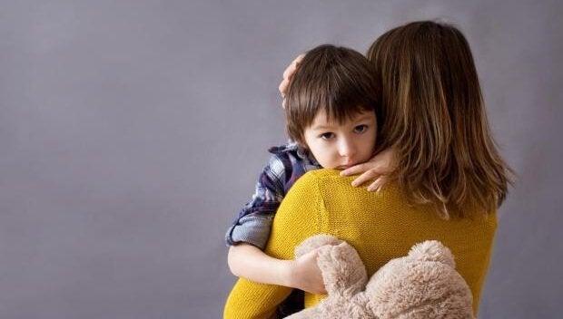 Kind wird von Mutter getragen