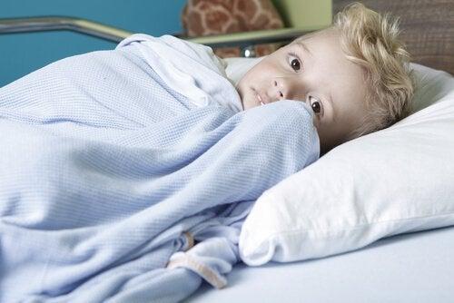 Junge mit Krebs im Krankenbett
