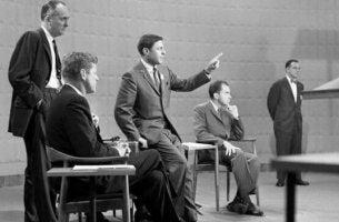 Gesten, die Politiker verwenden - Kennedy und Nixon im Gespräch