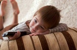 Immer wieder den gleichen Film - Kind sieht fern