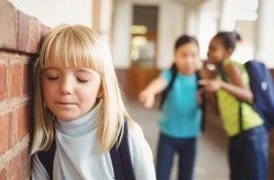 Erkennen, ob ein Kind gemobbt wird - Mädchen wird in der Schule gemobbt