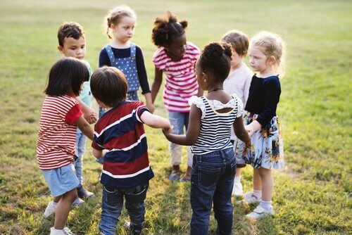 Kinder, die einen Kreis bilden