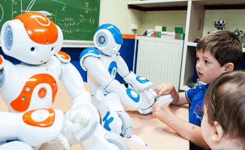 Kinder in der Schule, die mit Robotern spielen.
